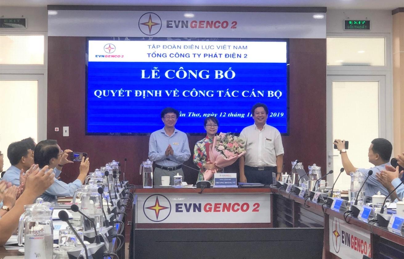 Chủ tịch HĐTV và Tổng Giám đốc EVNGENCO 2 trao Quyết định, tặng hoa chúc mừng cán bộ được bổ nhiệm - Ảnh: Ngọc Mi