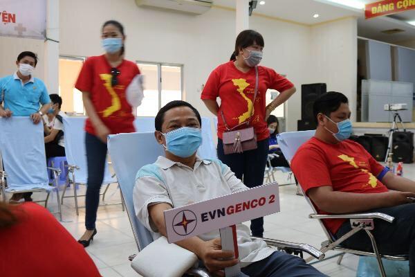 Các đoàn viên thanh niên EVNGENCO 2 sôi nổi hoạt động hiến máu tình nguyện - Ảnh: ĐVCC