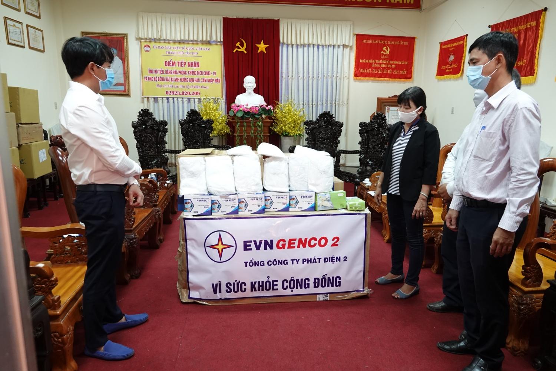 Đại diện Tổng công ty Phát điện 2, Ông Võ Trà Dũng - CVP trao tặng trang phục bảo hộ cho UBMTTQVN TP. Cần Thơ