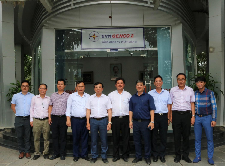 Đoàn công tác do Thứ trưởng Bộ Công Thương Hoàng Quốc Vượng (thứ năm từ trái qua)  dẫn đầu chụp ảnh lưu niệm với tập thể Lãnh đạo EVNGENCO 2