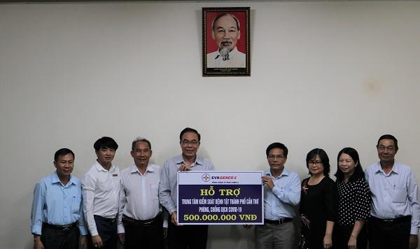 Ông Nguyễn Duy Lăng – Phó Tổng Giám đốc, trao tặng 500 triệu đồng cho Trung tâm Kiểm soát bệnh tật TP. Cần Thơ