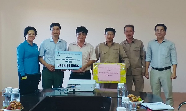Công đoàn Điện lực Việt Nam tặng quà và trao tiền hỗ trợ người lao động Công ty Thủy điện Quảng Trị