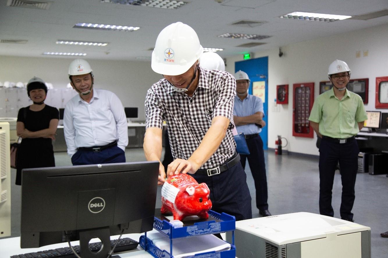 Ông Mai Quốc Hội – Thành viên HĐTV EVN ủng hộ chiến dịch trong chuyến công tác tại Nhà máy Nhiệt điện Ô Môn