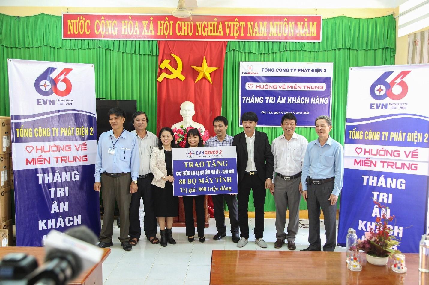 Đại diện EVNGENCO 2 trao 40 máy tính bàn cho trường học tại tỉnh Phú Yên