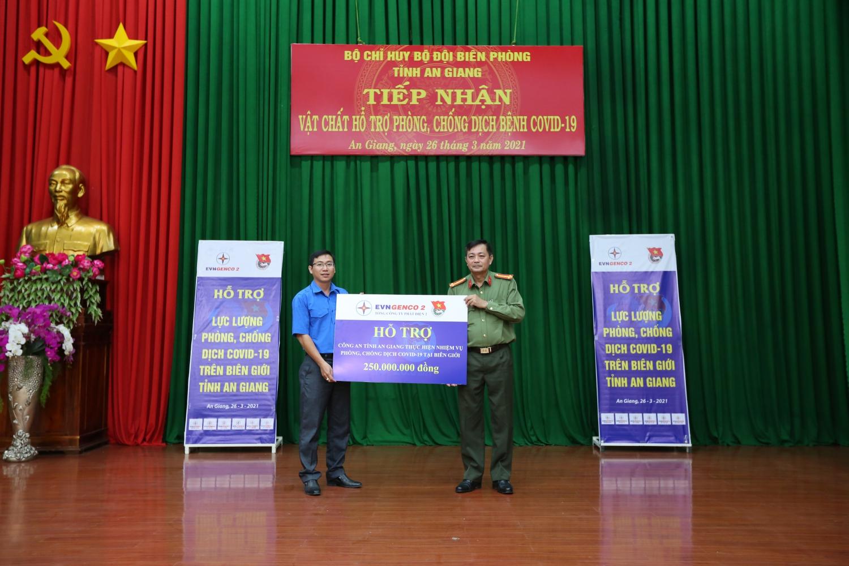 Đ/c Trần Anh Duy - Bí thư Đoàn cơ sở EVNGENCO 2 trao tặng hỗ trợ kinh phí phòng, chống dịch COVID-19 cho lực lượng Công an tỉnh An Giang