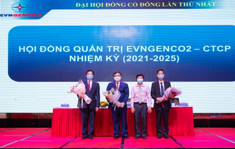 Đồng chí Huỳnh Minh Truyền tặng hoa cho HĐQT Tổng công ty Phát điện 2 - CTCP